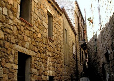 stupendo vicolo del centro storico di Aggius, in Sardegna