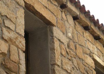 dettagli della facciata in granito di una tipica casa del centro storico di Aggius, in Sardegna