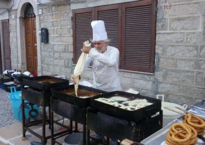 zio Paolo Sanna, il re delle fritelle all' opera