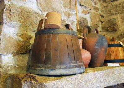 particolare di oggetti esposti al museo MEOC di Aggius, in Sardegna